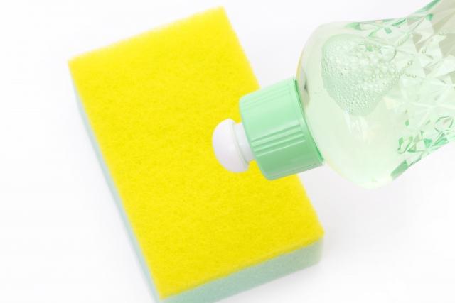 中性洗剤とスポンジ