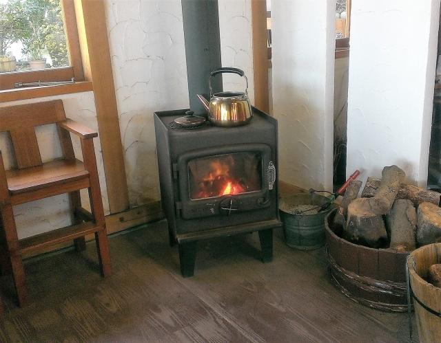 暖炉で空気を暖めるイメージ